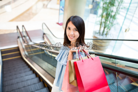 woman, carry, with, shopping, bag, in - 20552877