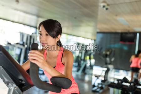 woman, cycling, in, gym, room - 20552859