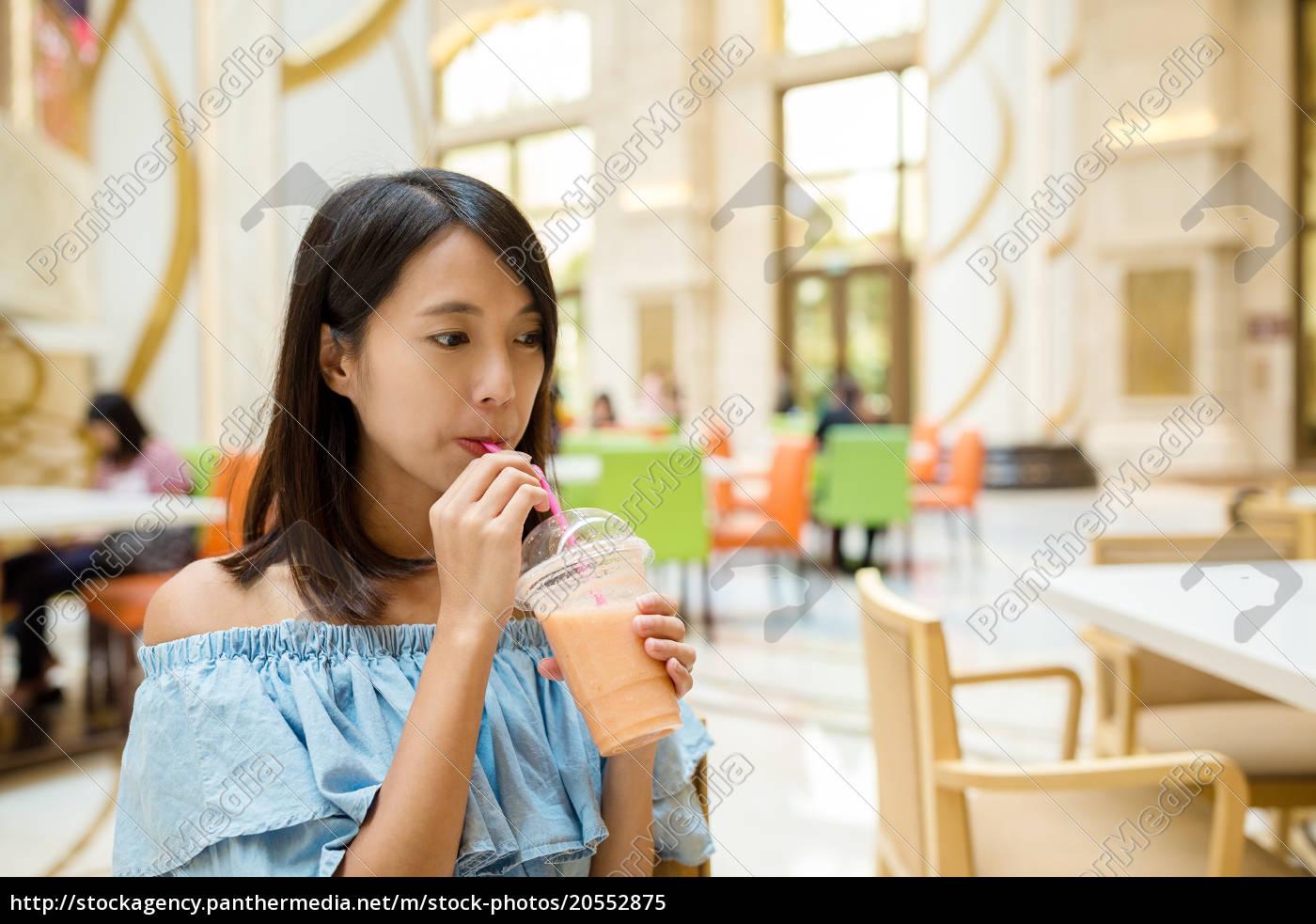 woman, drink, of, juice, in, restaurant - 20552875