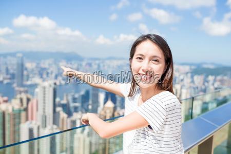 woman, pointing, to, hong, kong, city - 20552815