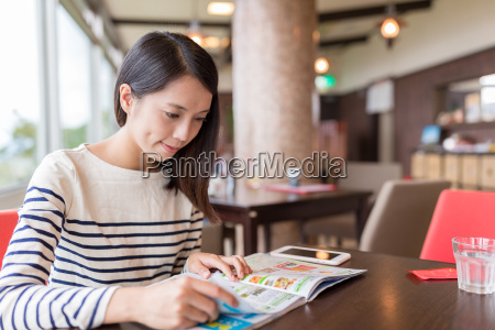 woman, reading, magazine, in, cafe - 20552989