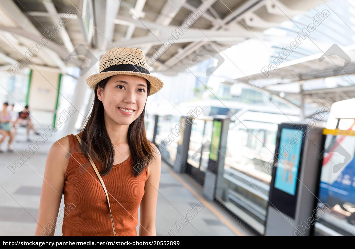 woman, waiting, train, on, platform, in - 20552899