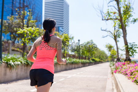 young, sport, woman, running, in, a - 20552779