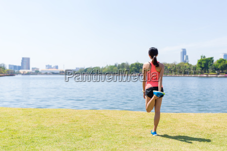 young, sporty, woman, streching, her, leg - 20552777