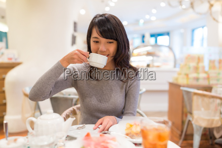 woman, drink, of, tea, in, cake - 20553041