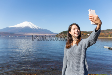 woman, taking, selfie, by, mobile, phone - 20553151