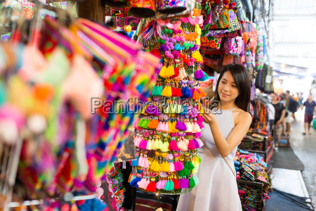 young, woman, shopping, at, street, market - 20553379