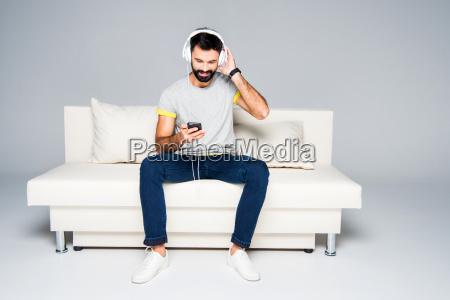 bearded, man, in, white, headphones - 20557663