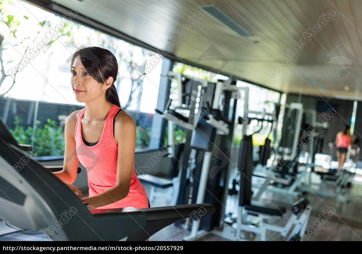sport, woman, running, on, treadmill, at - 20557929