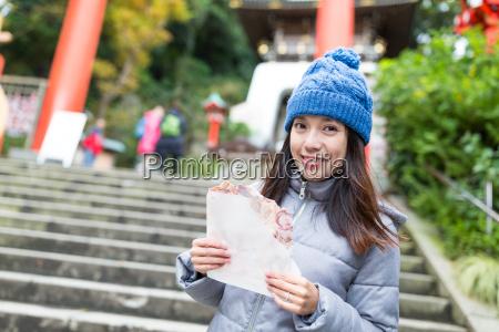 woman, holding, famous, cracker, in, kamakura - 20557853