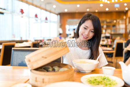 woman, open, the, bamboo, steamer, in - 20557717