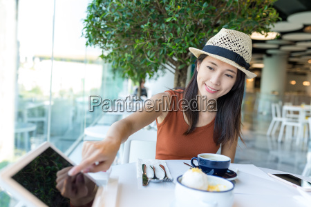 woman, order, on, tablet, inside, cafe - 20557945
