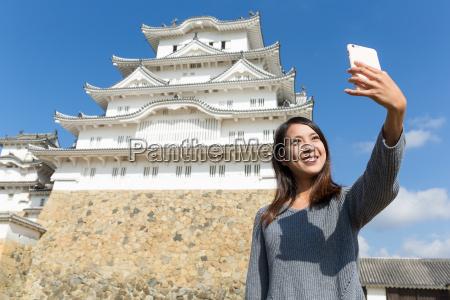 woman, taking, selfie, in, himeji, castle - 20557879