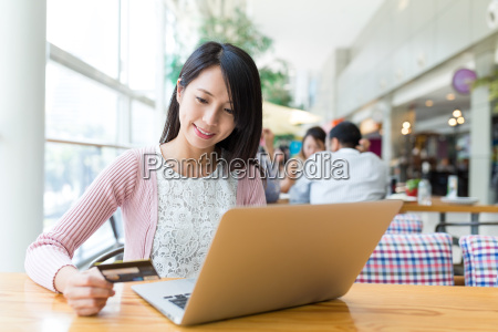 woman, using, laptop, computer, to, pay - 20557953
