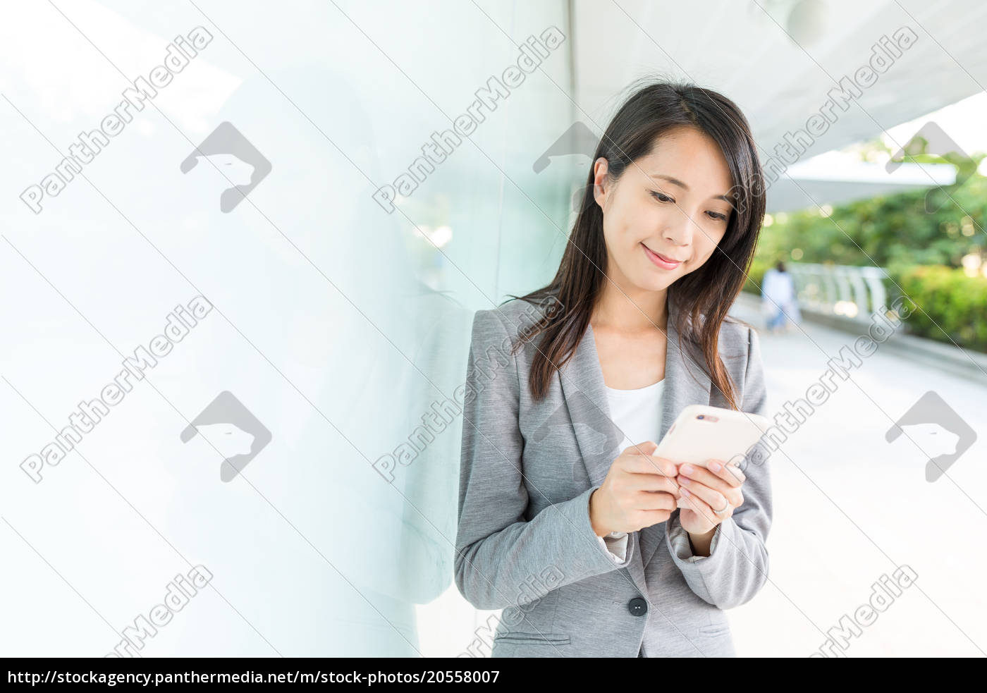 businesswoman, use, of, cellphone, at, outdoor - 20558007