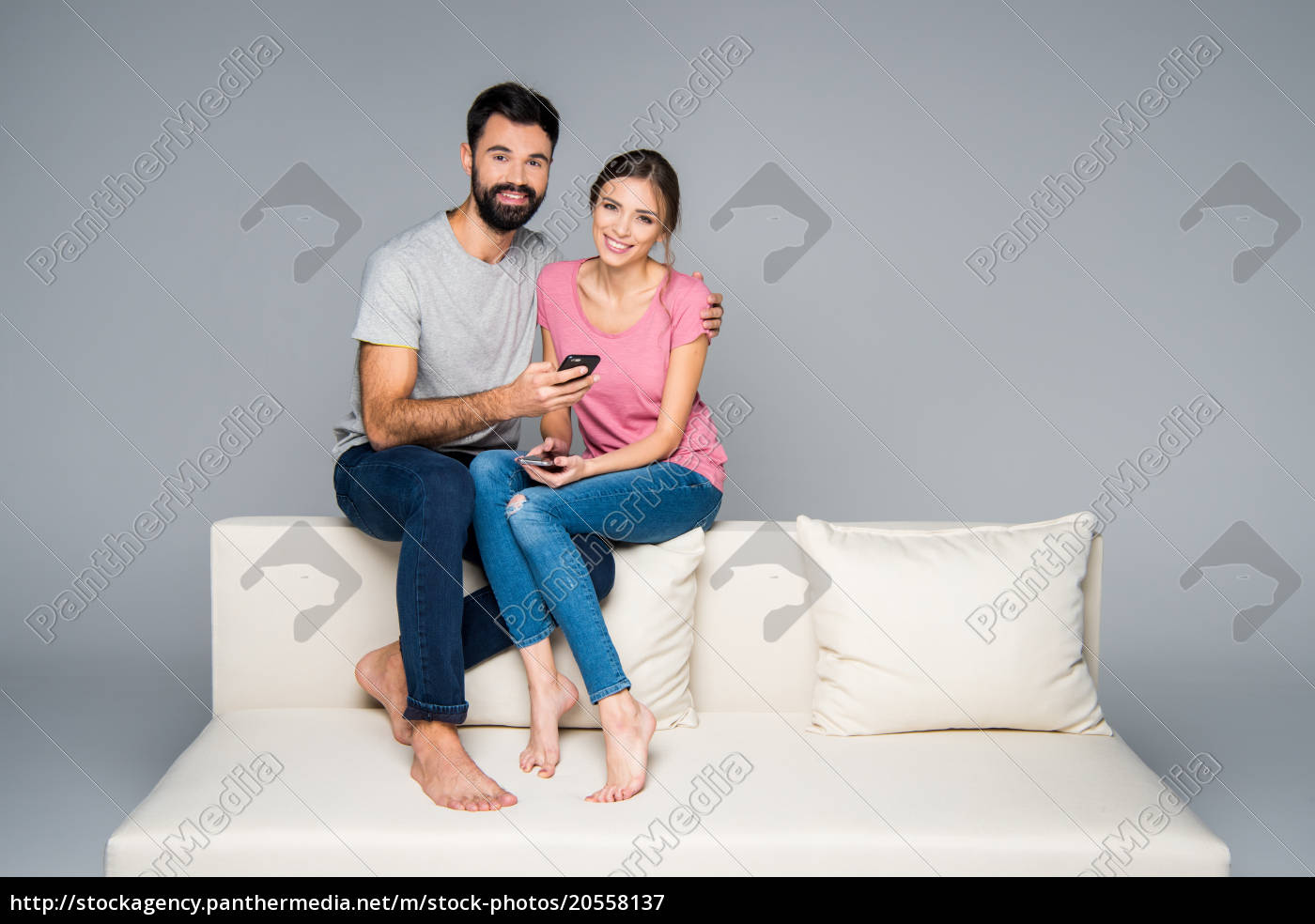 couple, using, smartphones - 20558137