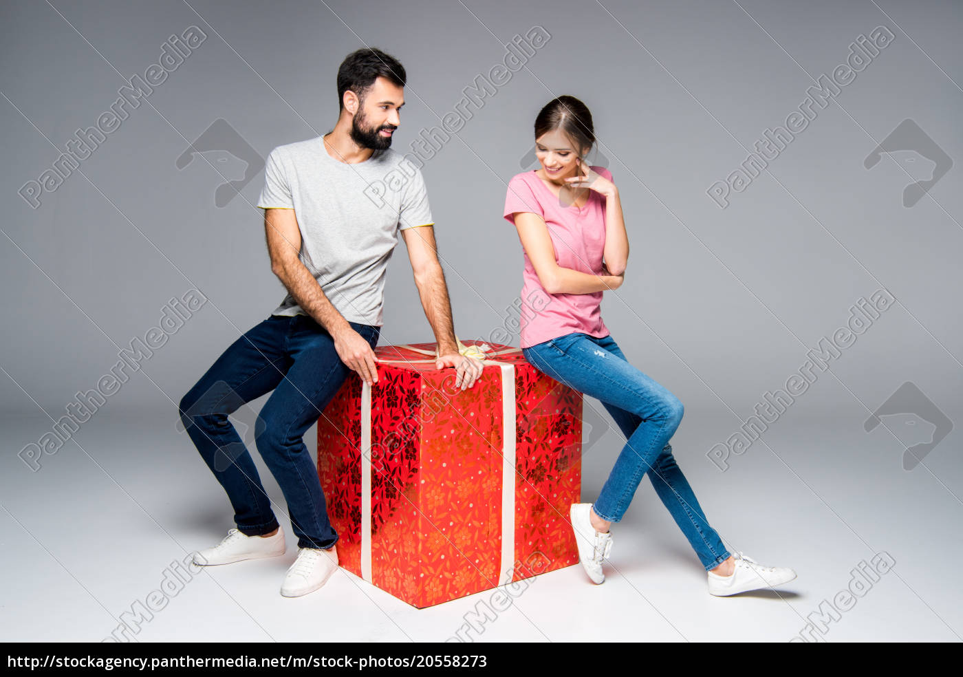 couple, with, red, gift, box - 20558273