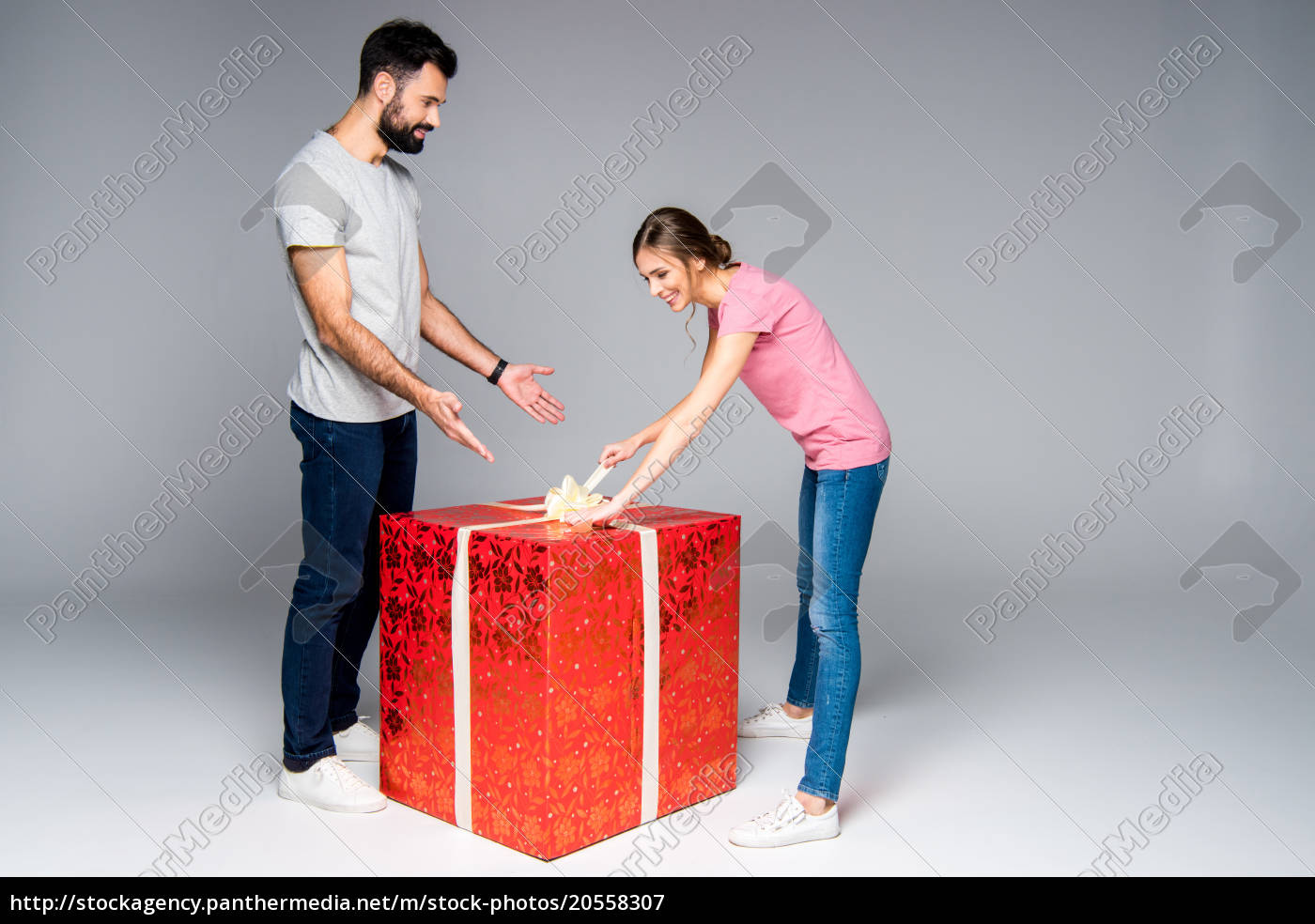 couple, with, red, gift, box - 20558307