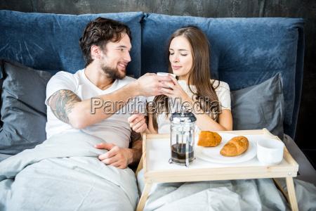 couple, has, breakfast, in, bed - 20559149