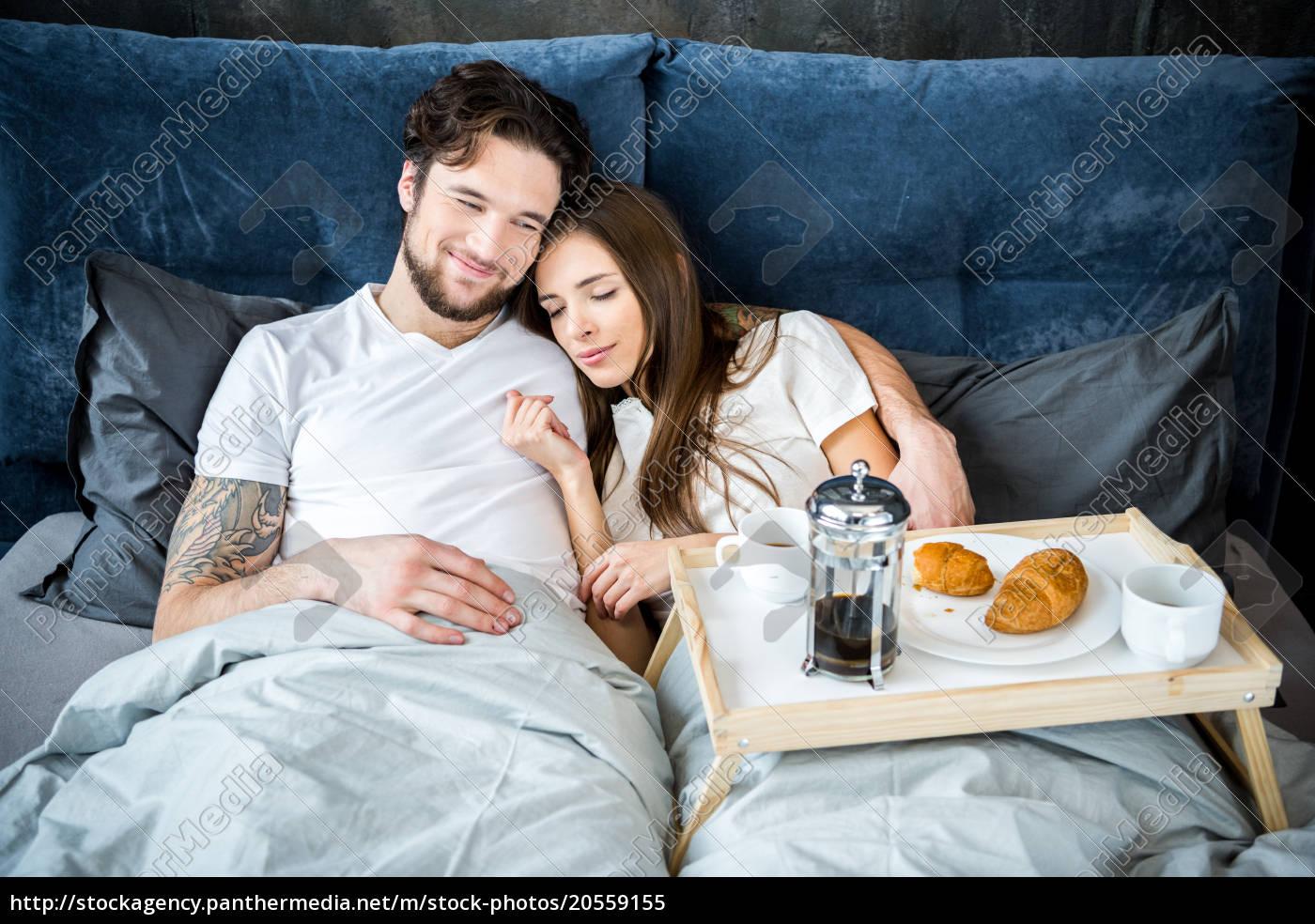 couple, has, breakfast, in, bed - 20559155