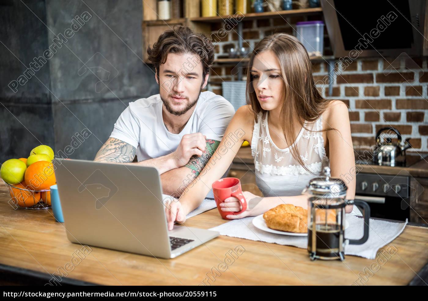 couple, using, laptop - 20559115