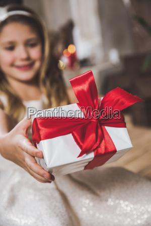 girl, holding, gift, box - 20559331