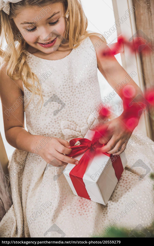 girl, opening, gift, box - 20559279
