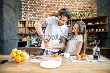man, squeezing, orange, juice - 20559129