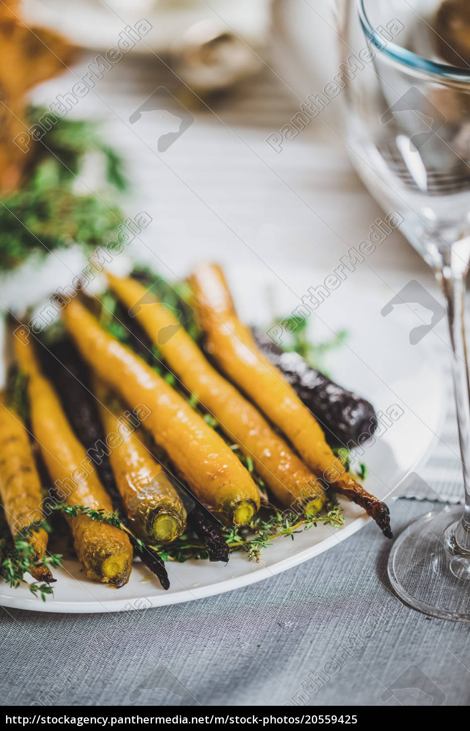 roasted, carrots, on, plate - 20559425