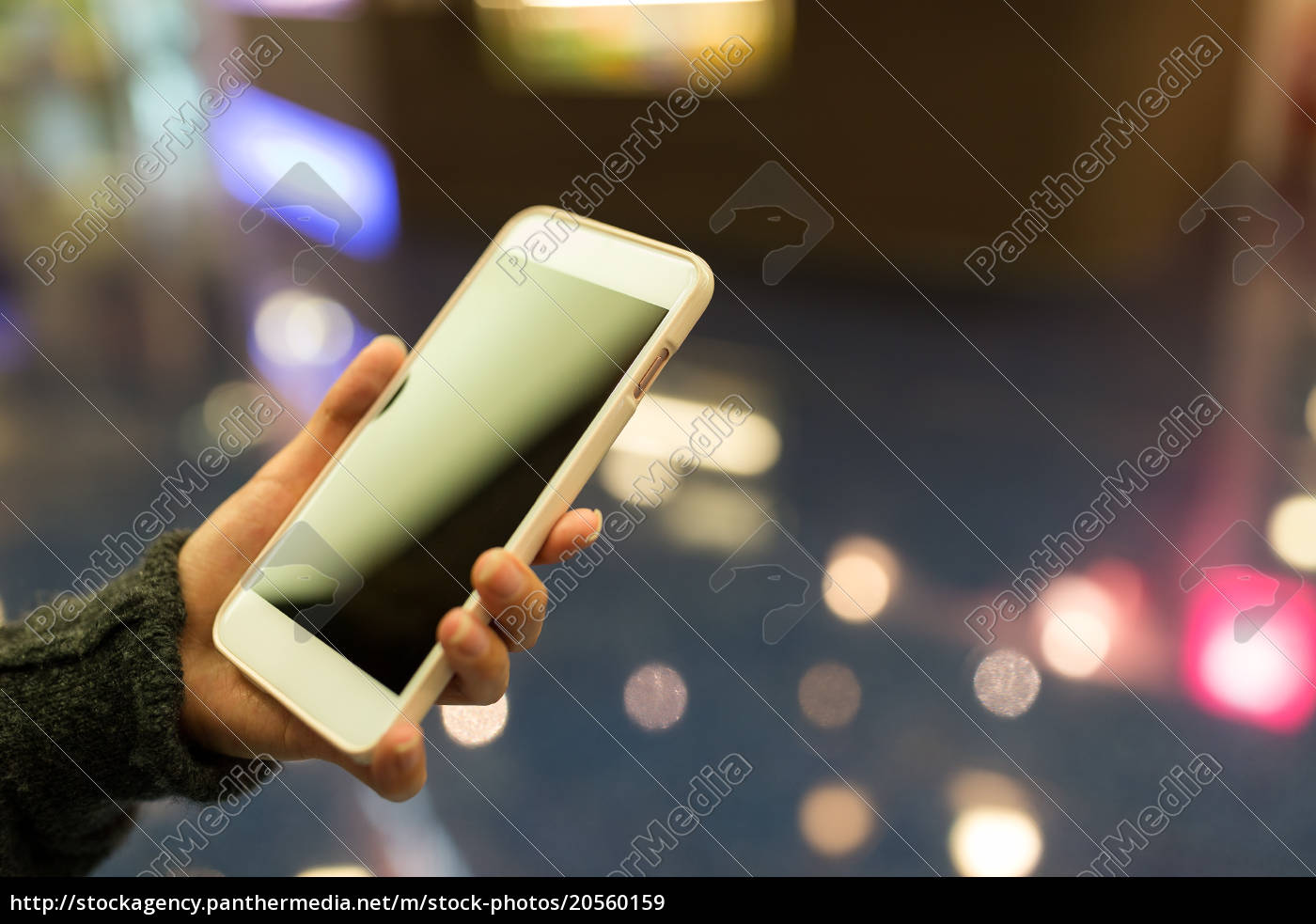 woman, holding, cellphone - 20560159