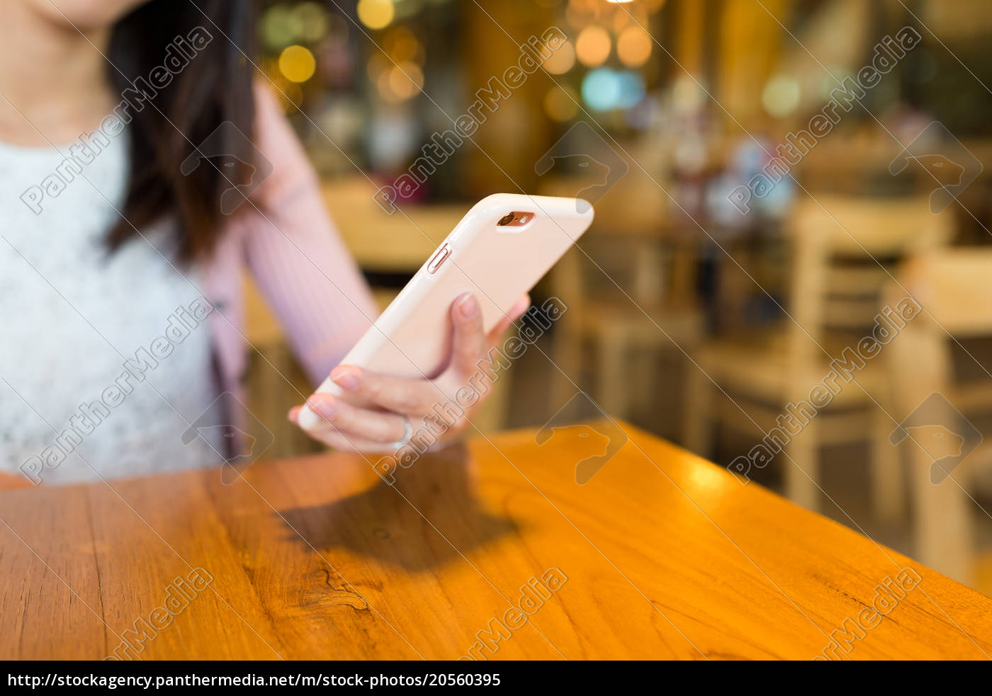woman, use, of, cellphone, in, cafe - 20560395