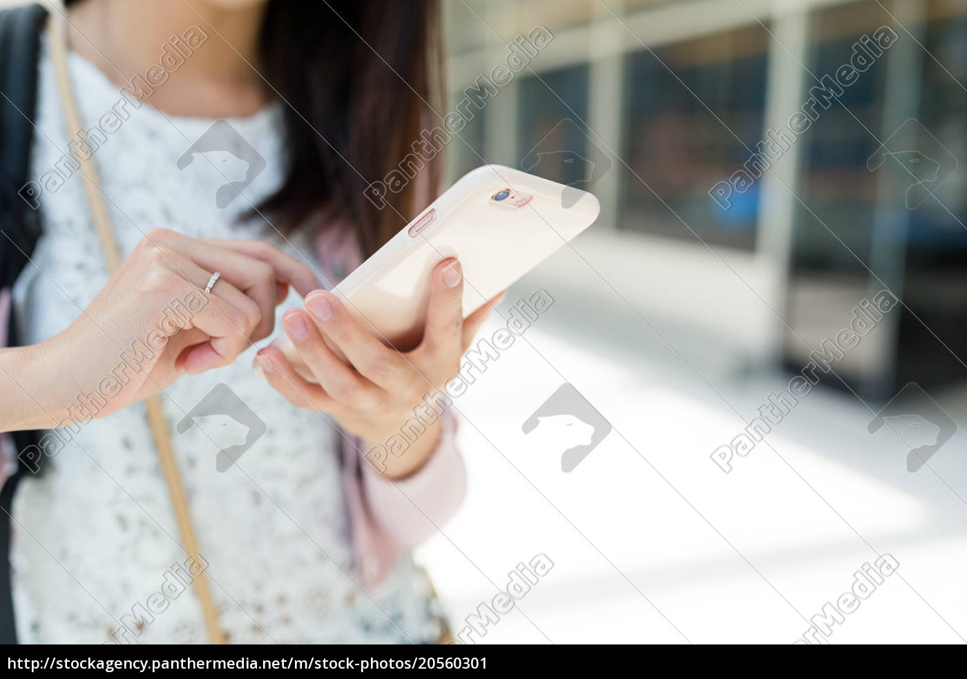 woman, use, of, mobile, phone - 20560301