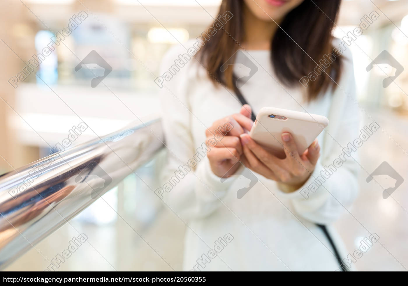 woman, use, of, mobile, phone - 20560355