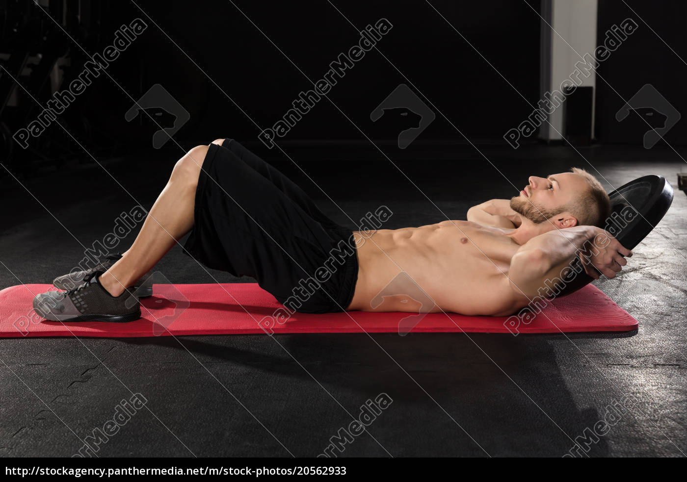 man, doing, crunches, exercise, with, weight - 20562933
