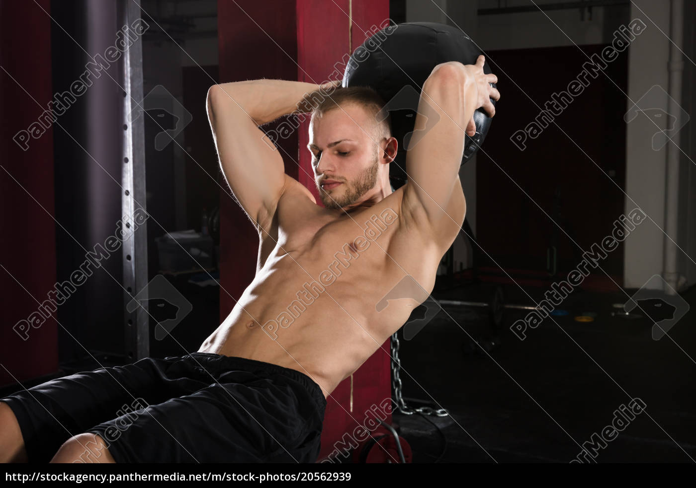 man, doing, exercise, using, medicine, ball - 20562939
