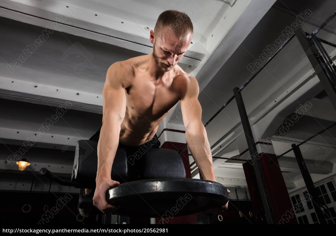 man, exercising, using, weight, plates - 20562981