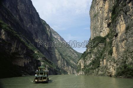 tourist boat in the longmen gorge