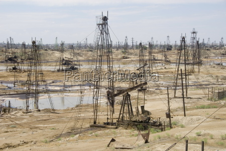 closely spaced drilling towers and nodding