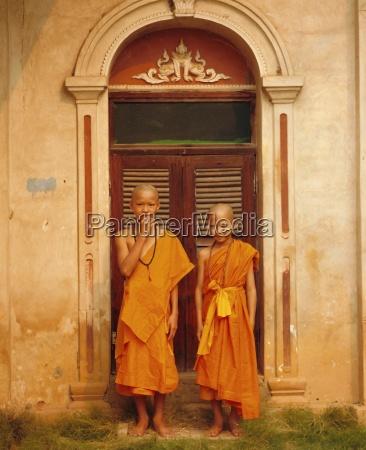 two novice buddhist monks mae hong