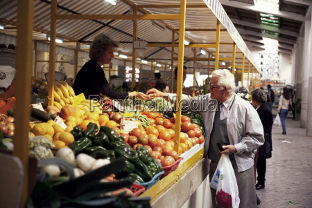 shopping in the market hall faro