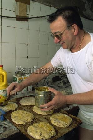 man making pain des mortes boulangerie