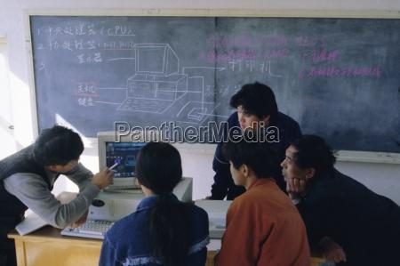 estudantes em uma demonstracao de computador