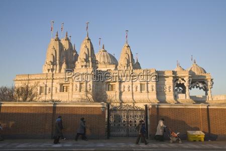people walking past shri swaminarayan mandir