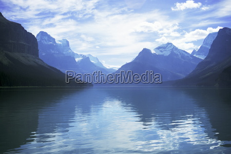 maligne lake alberta rockies canada north