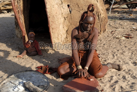 woman of the himba tribe grinding