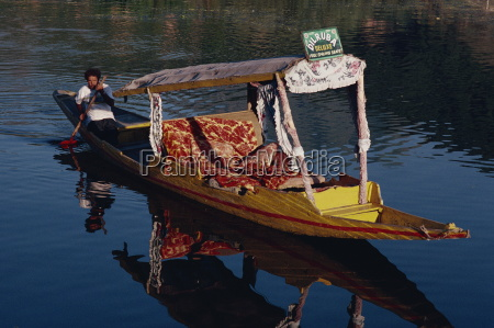 deluxe shikara dal lake kashmir india