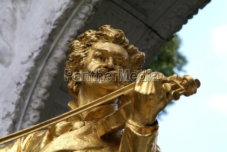 johann strauss statue at stadtpark vienna