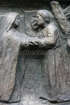 sculpture of jesus meeing his mother