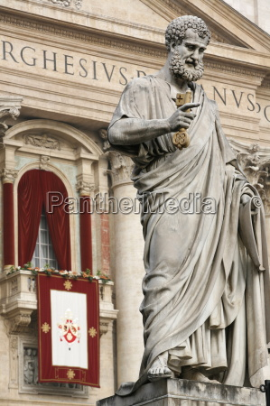 popes balcony and statue of st