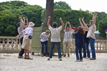 laughter yoga session jardin du luxembourg